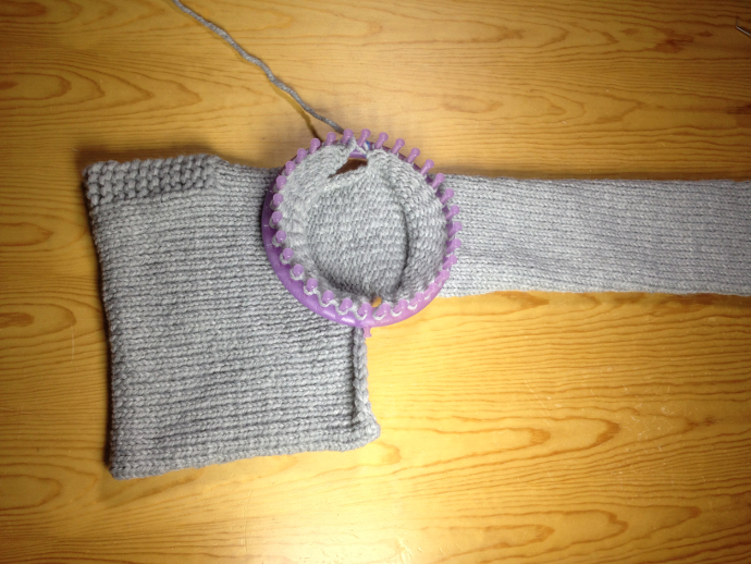 Loom knitting a sweater pullover round loom