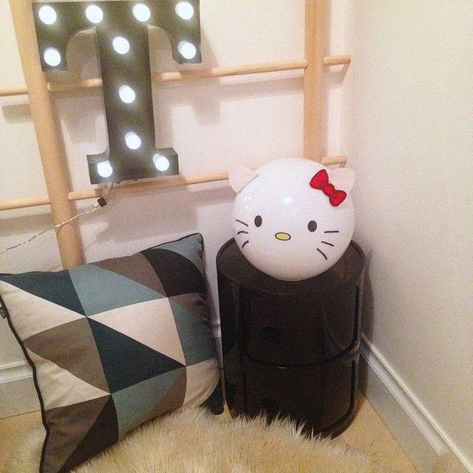 Hack de lámpara Fado de Ikea transformada en Hello Kitty