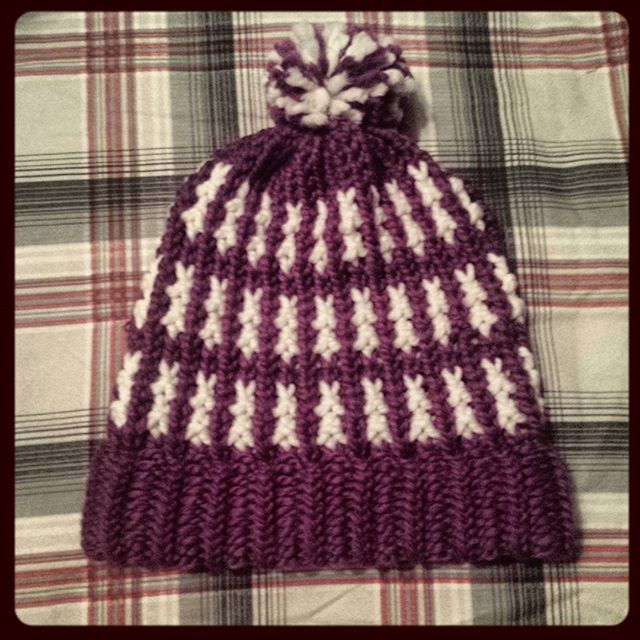 Loom knitted bicolor hat by @mare_whale_
